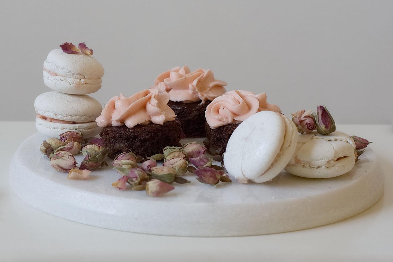 image from Brownie de miel al haba de Tonka y crema de rosas